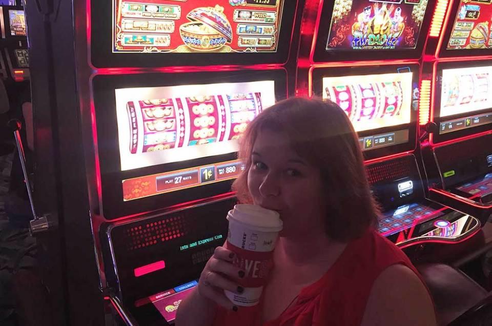 Devant les machines à sous de Las Vegas
