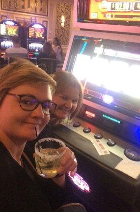 Selfie devant une machine à sous du Bellagio, Las Vegas.