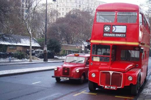Vue sur un bus et taxi rouge dans une rue de Londres