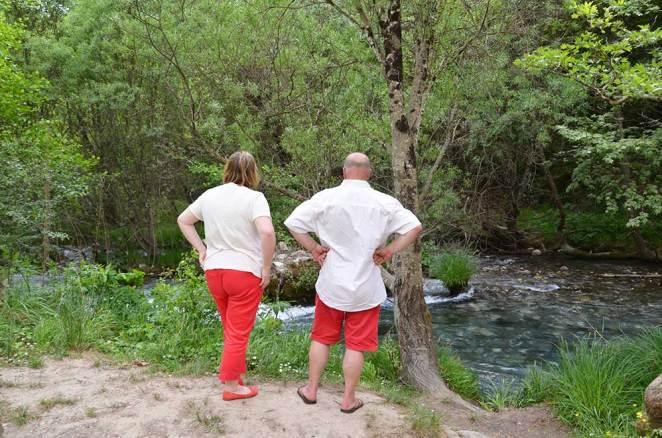 Marie-Catherine et Denis contemplant la rivière des Gorges de Loussios, Grèce
