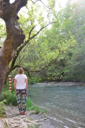Charlotte contemplant la rivière des Gorges de Loussios, Grèce