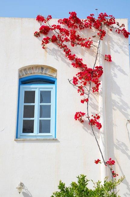 Jolie façade blanche et bleue d'une maison d'Hermione, Grèce