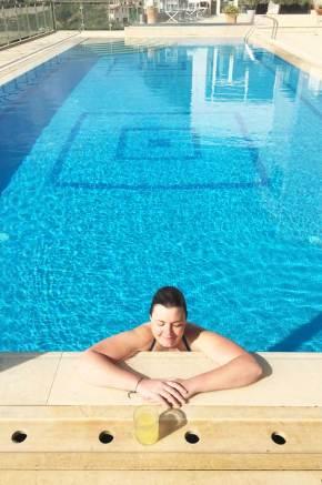 Charlotte dans la piscine de l'hôtel de Kalamata en Grèce