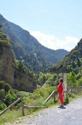 Marie-Catherine admirant la vue de la route entre Mystra et Kalamata