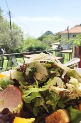 Salade composée avec vue sur le site de Mystra, Grèce