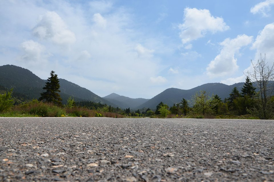 Une route qui traverse les montagnes du Péloponnèse, Grèce.