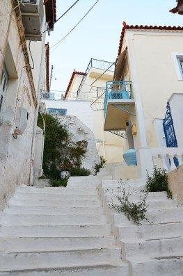 Escalier blanc d'une ruelle escarpée de Poros, Grèce