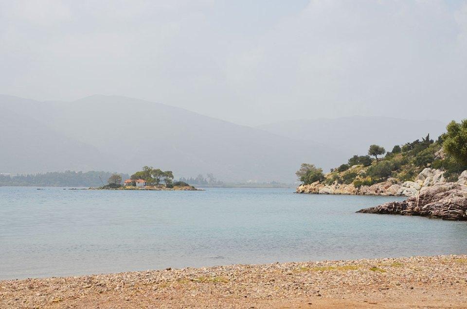 Plage déserte sur l'île de Poros, Grèce