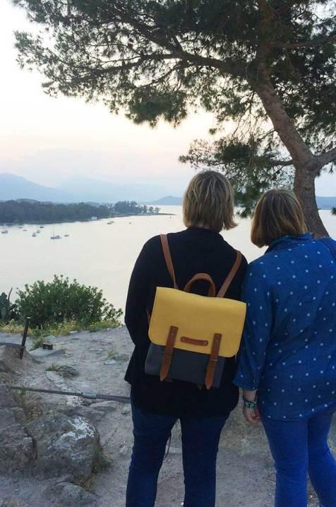 Charlotte et Marie-Catherine admirant le coucher de soleil depuis les hauteurs de Poros ville.