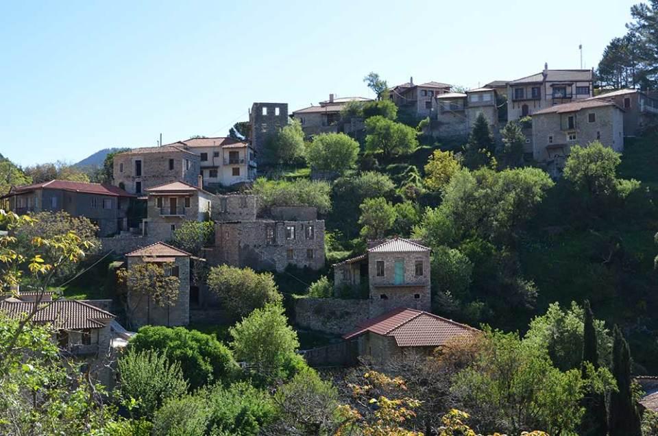 Vue sur les maisons logées dans la montagne du village de Stemnitsa, Grèce
