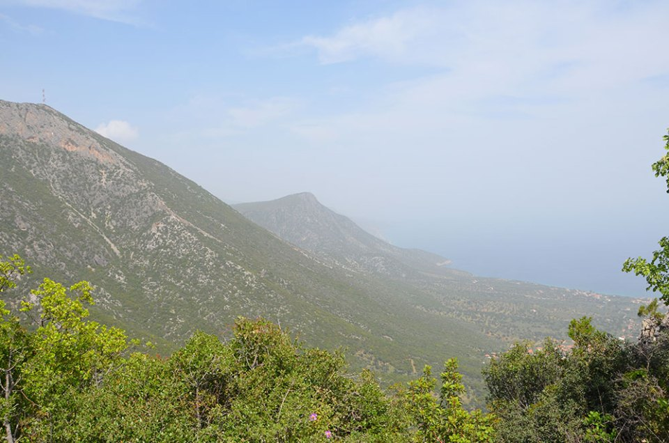 Vue sur les montagnes surplombant la mer dans le Péloponnèse, Grèce