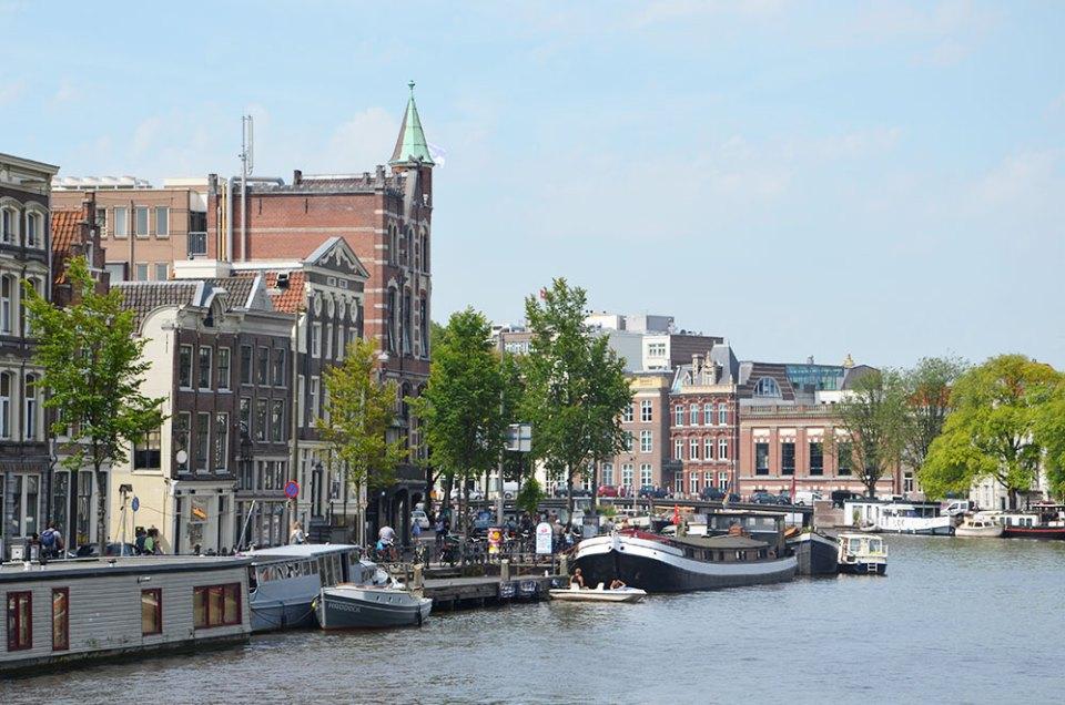 Vue sur Amsterdam au bord de ses canaux