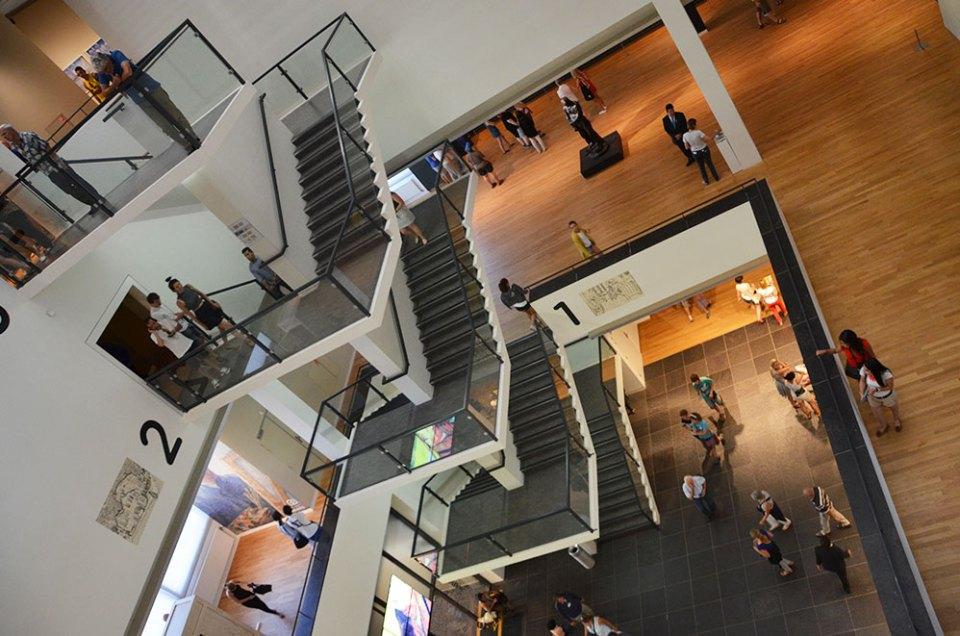 Escalier géant de l'intérieur du musée Van Gogh, Amsterdam