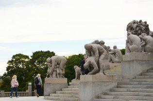Escalier monumental entouré de statues au Parc Vigeland, Oslo