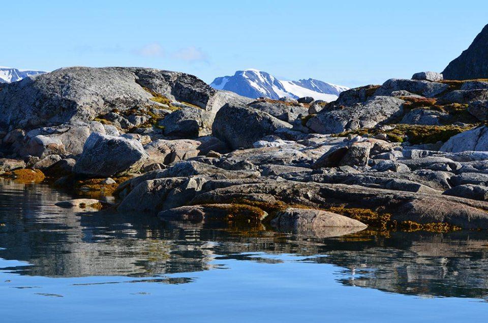 Roches au bord de l'eau dans la Baie des Souris, Spitzberg