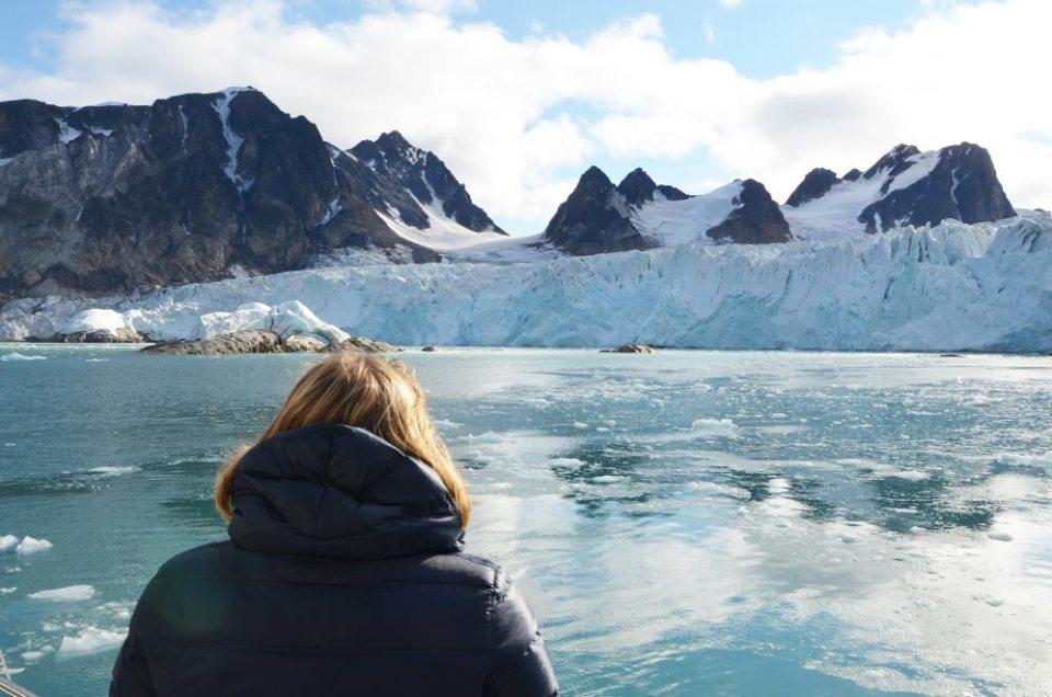 Marie-Catherine de dos contemplant le glacier de la Baie des Souris, Spitzberg