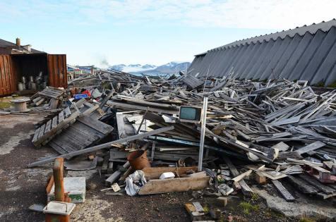 Monts de déchets abandonnés à Barentsburg, Svalbard