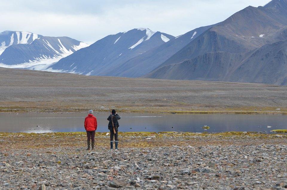 Nos deux guides observant l'horizon lors d'une randonnée au Svalbard