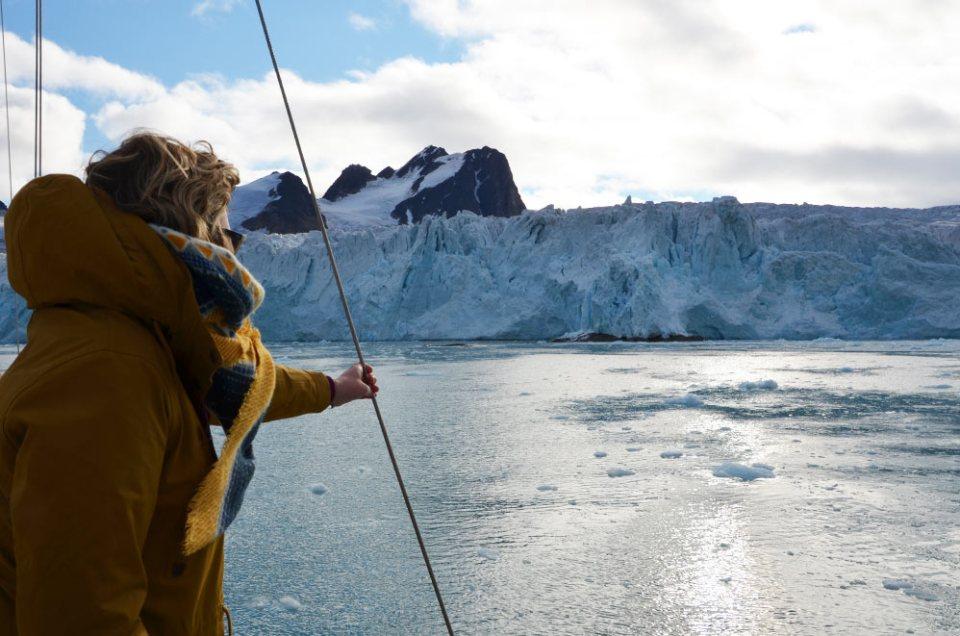 Charlotte qui contemple un des plus beaux glaciers du Svalbard