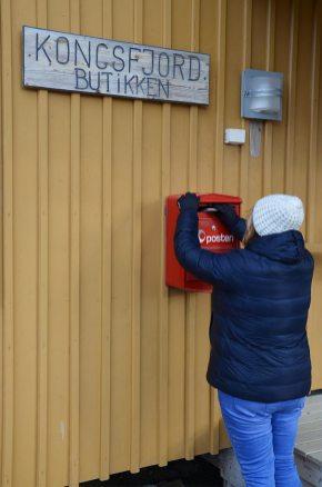 Marie-Catherine qui glisse nos cartes postales dans la boîte de la poste la plus haute du monde, Ny-Ålesund, Spitzberg