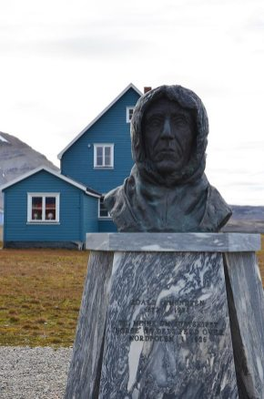 Statue de l'explorateur Amundsen à Ny-Ålesund, Spitzberg