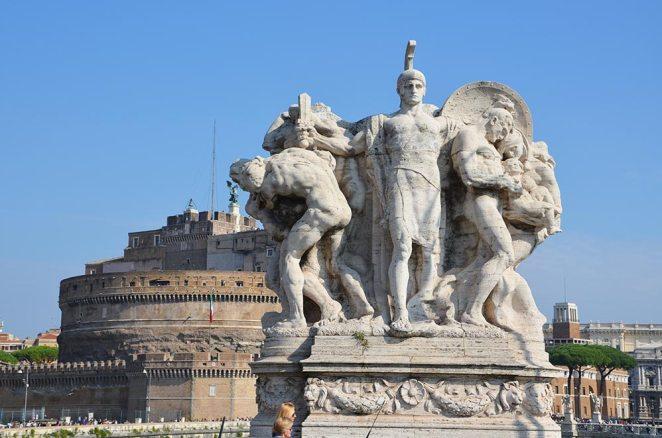 Vue sur une sculpture et sur le château de Rome, Italie