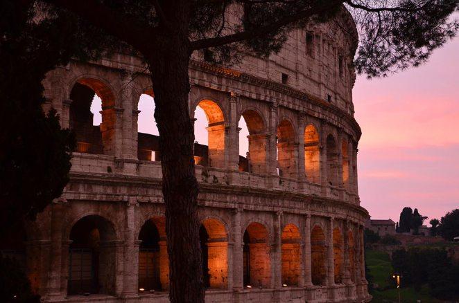 Colisée éclairé de nuit, Rome, Italie