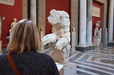 Marie-Catherine de dos, devant des sculptures du musée du Vatican, Rome, Italie