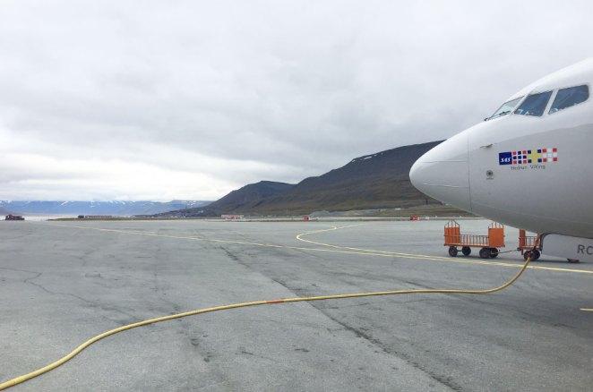 Nez de notre avion sur le tarmac de l'aéroport de Longyearbyen, Svalbard