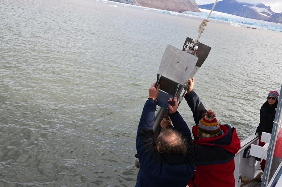 Lancement de la machine qui plonge dans l'eau pour effectuer les carottages scientifiques en baie du Roi, Svalbard.