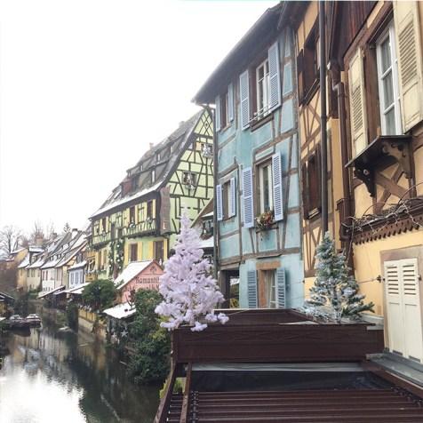 Jolies maisons à Colombages de Colmar de couleurs vives, Alsace