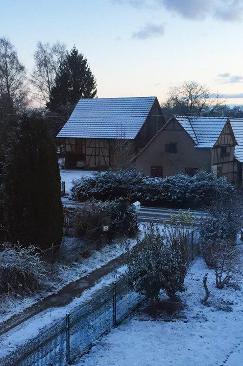Paysage d'habitation enneigée en Alsace