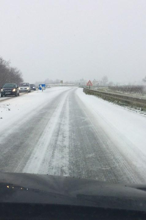vue d'une route verglacée et enneigée, Alsace