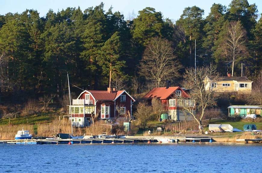 Petites maisons colorées dans l'archipel de Stockholm, Suède