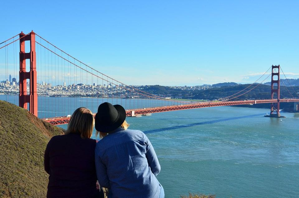 Nous de dos admirant le Golden Gate Bridge, San Francisco, USA