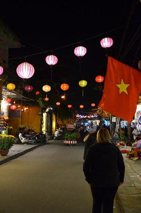 Marie-Catherine de dos dans une rue de Hoi An, Vietnam