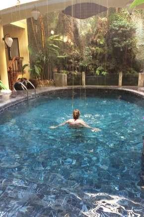 Charlotte dans la piscine du Thanh Van Hotel, Hoi An, Vietnam