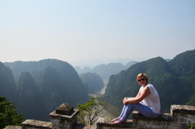 Charlotte en haut de Hang Mua, Tam coc, Baie d'Along terrestre, Vietnam