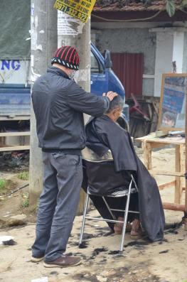 Coiffeur au marché de Bac Ha, Vietnam