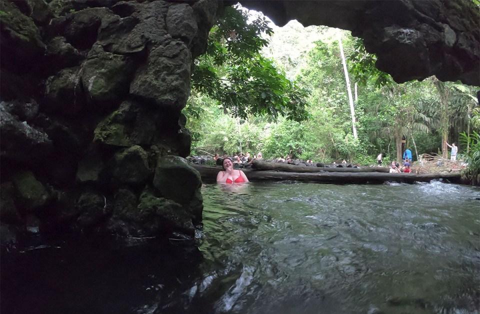 Marie-Catherine dans les bains chauds naturels du Costa Rica