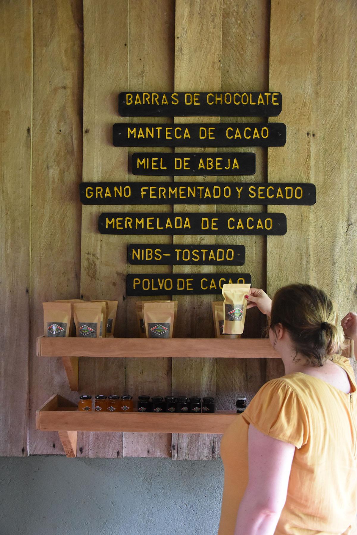 Marie-Catherine qui regarde les produits naturels proposés par la Finca Amistad Cacao Lodge au Costa Rica