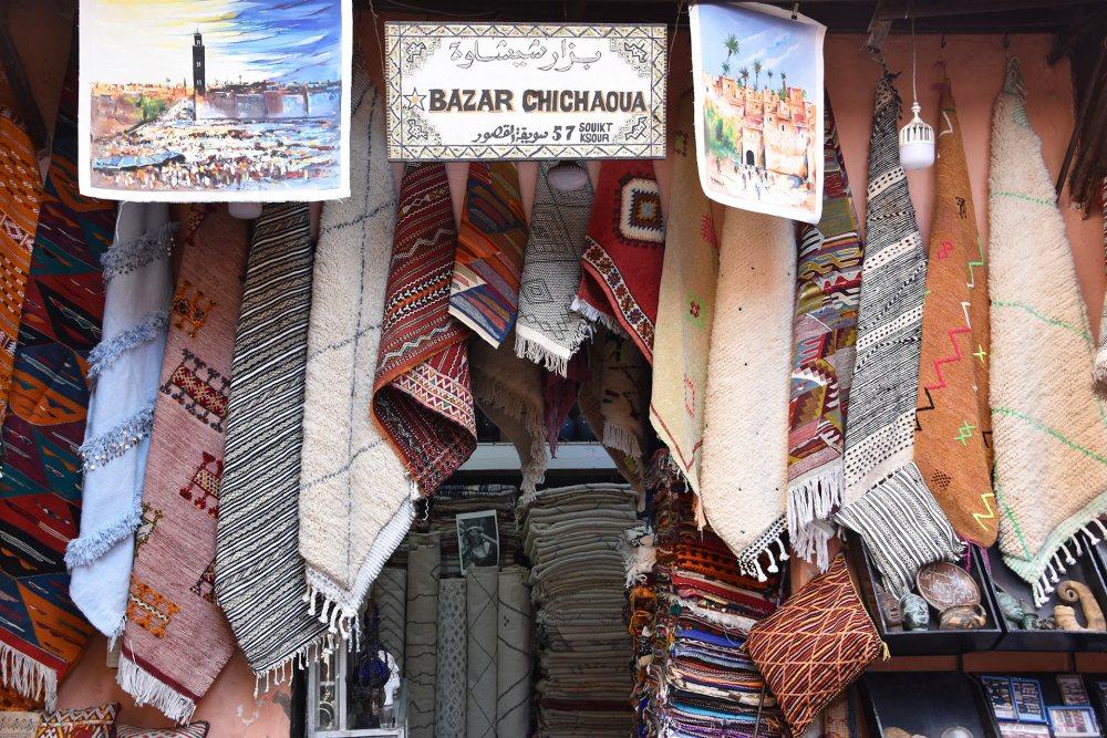 Vue sur un magasin de tapis barbères dans le souk de Marrakech
