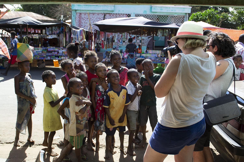 Charlotte prend les enfants en photo sur un marché malgache