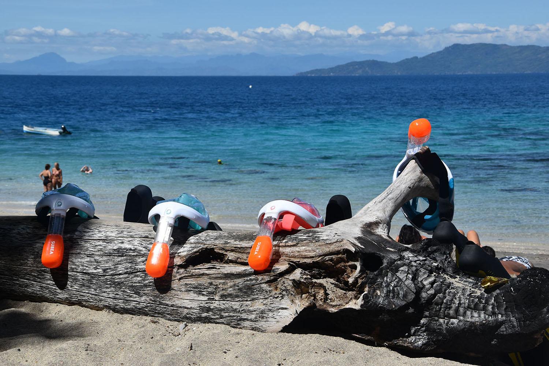 Masques de plongée sur la plage de Nosy Tanikely, Madagascar