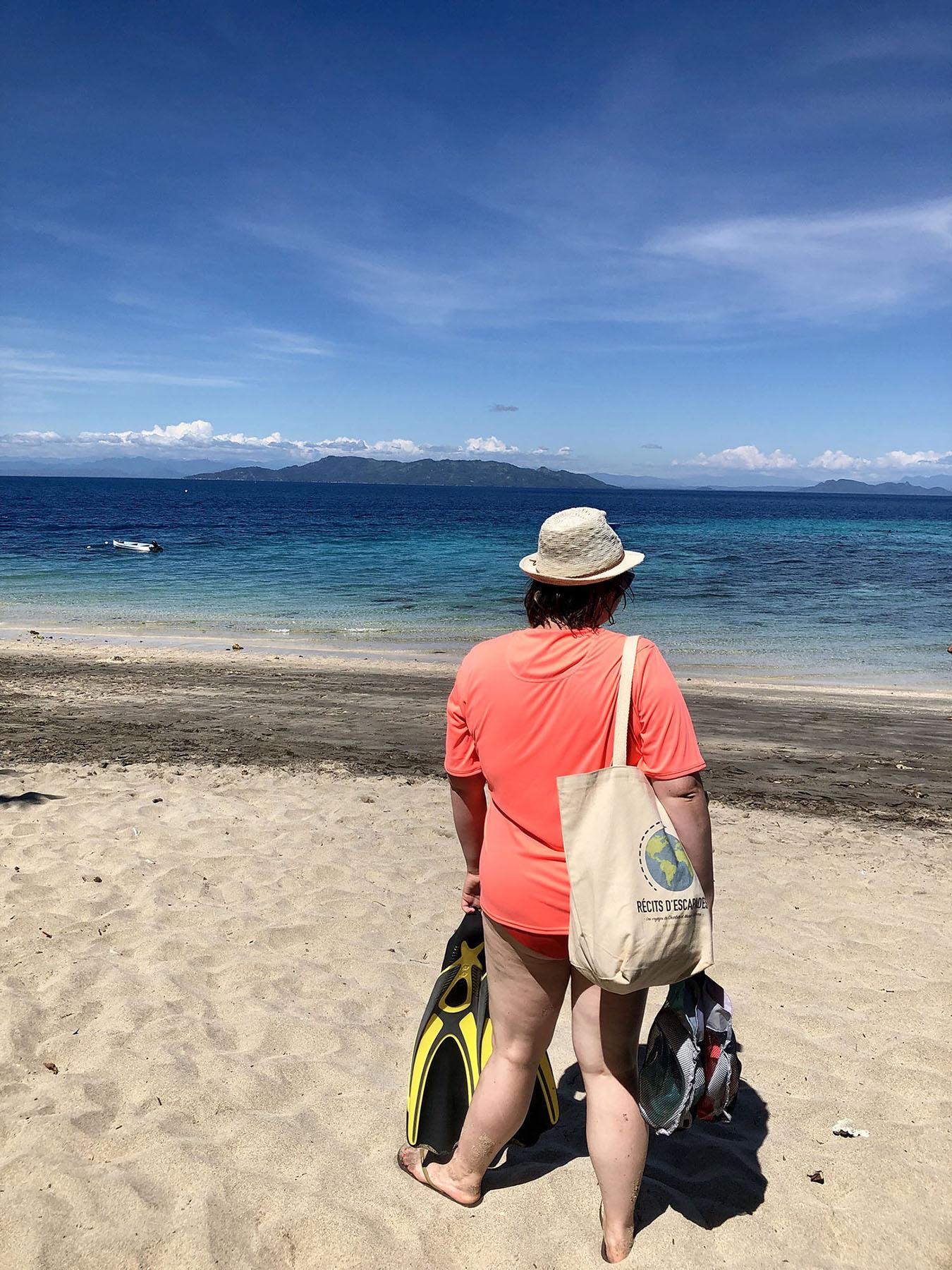 Marie-Catherine admire la vue sur l'île de Nosy Tanikely, Madagascar