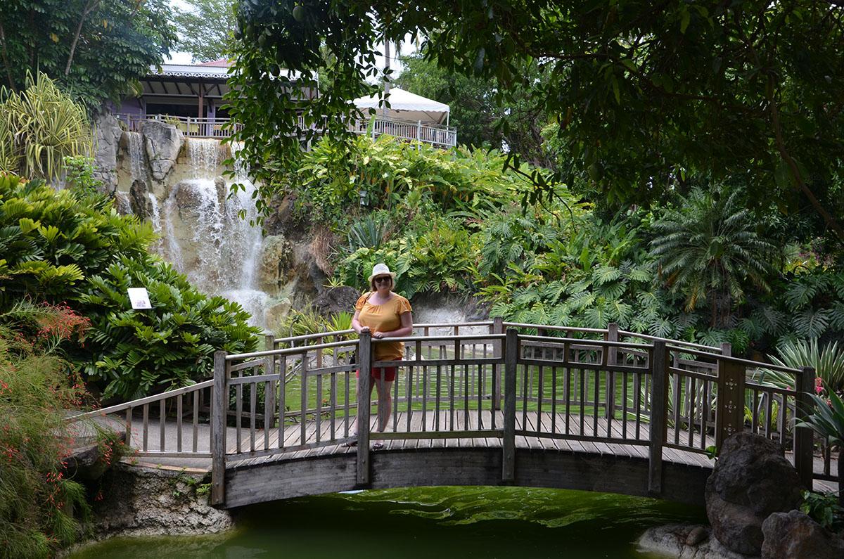 Marie-Catherine sur un pont du Jardin Botanique de Deshaies