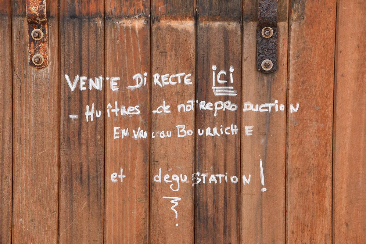 """Message sur un mur """"Vente directe d'huîtres ici"""", Ile d'Oléron"""