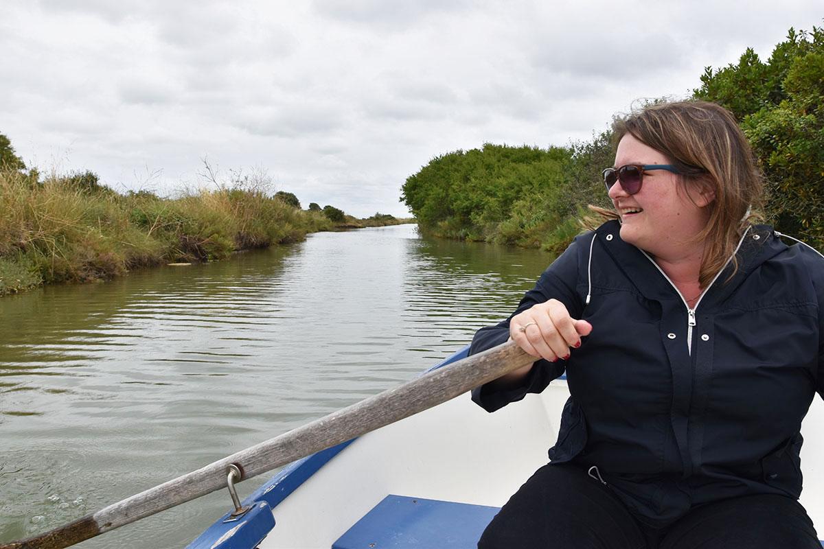 Marie-Catherine dirige notre barque au Port des Salines, Ile d'Oléron