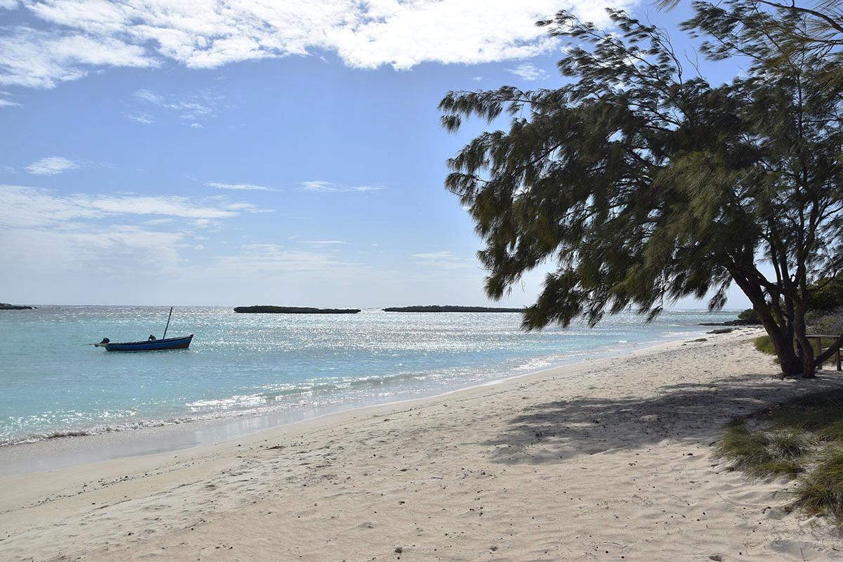 Vue sur la mer d'Emeraude depuis la plage