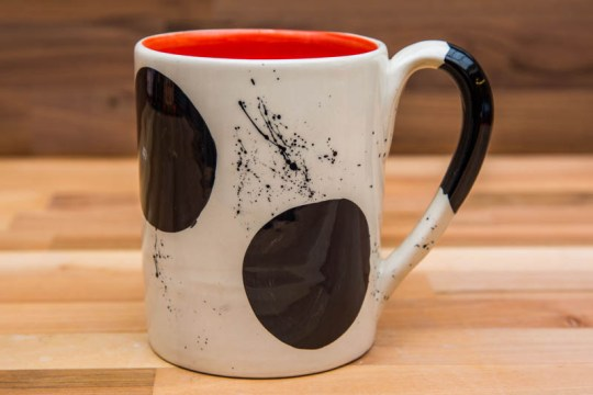 Black and White parallel pint mug in Spot